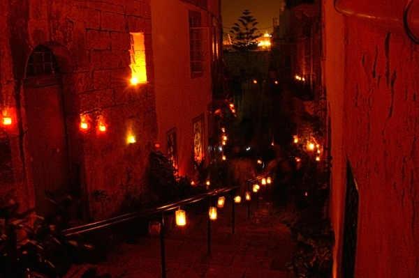 Velas en una calle de Vittoriosa (Birgu) durante la Birgufest. Foto: Sudika via Wikimedia Commons.